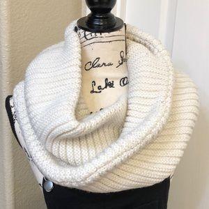 🆕List! Merona Knitted Infinity Scarf Cream (EUC)